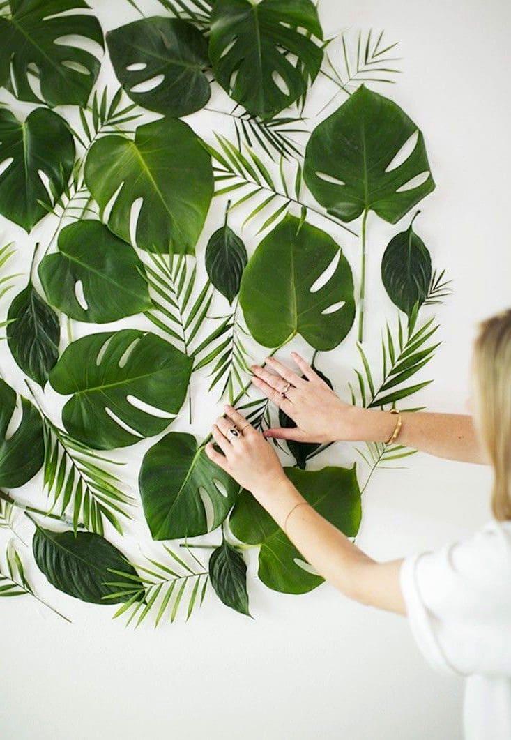 Листья фикуса и папоротника могут послужить отличным украшением для стены