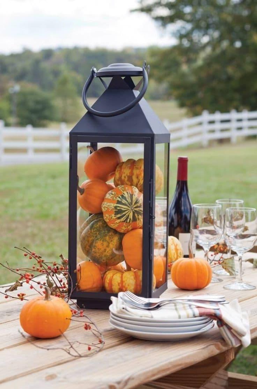 Старый светильник приобрел вторую жизнь в виде оригинального украшения для стола