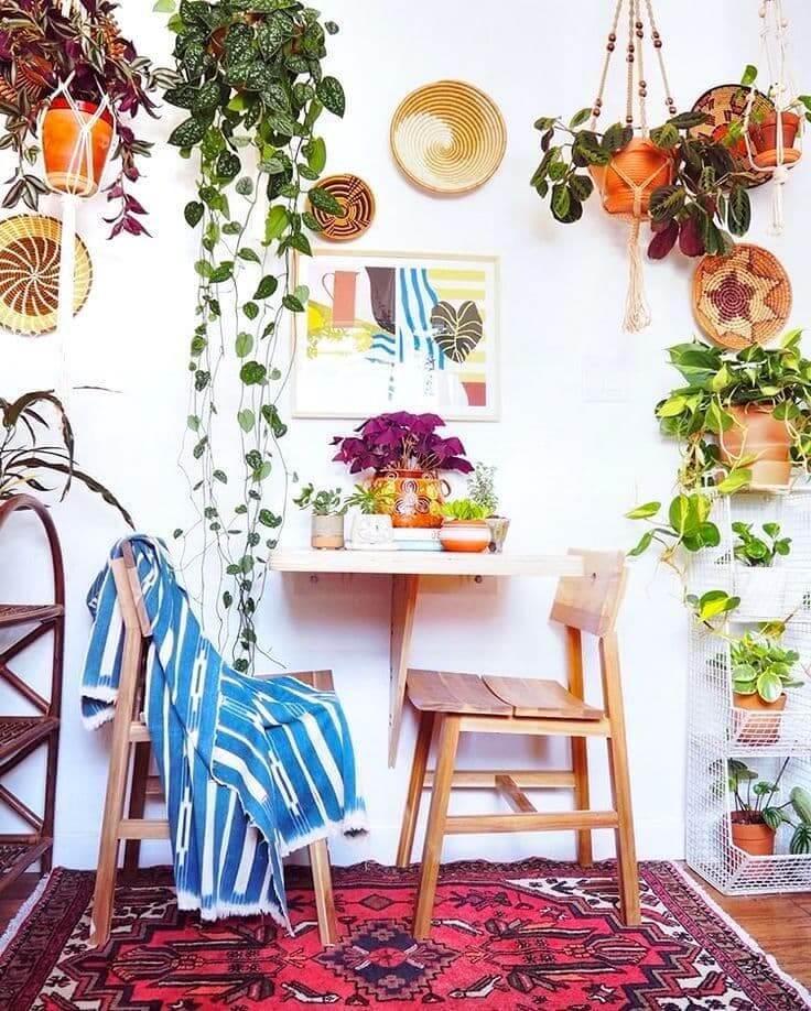 Яркий интерьер с большим изобилием живых растений