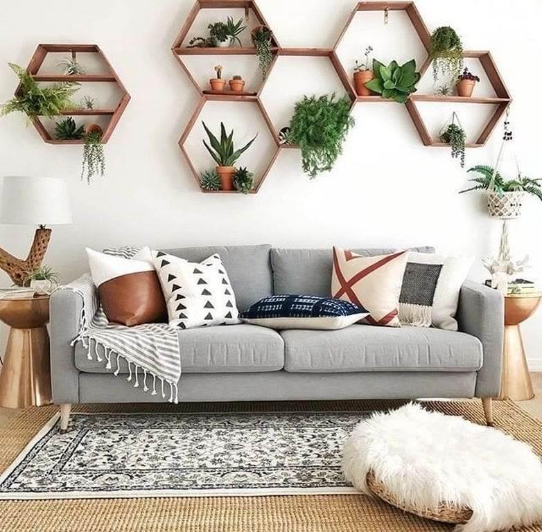 Настенная полка в виде пчелиных сот станет отличным домом для комнатных растений различных групп