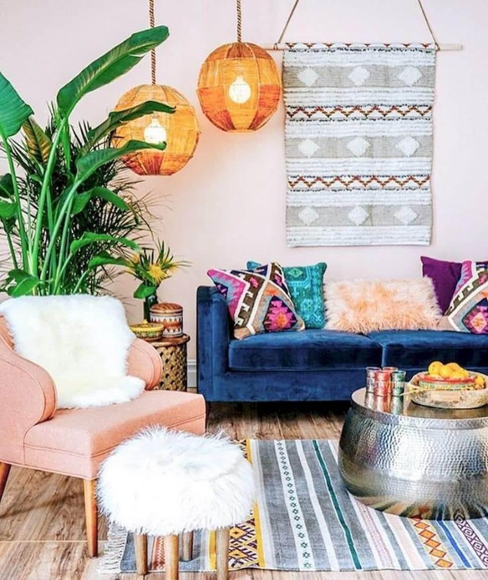 Милая, уютная комната с большим и ярким растением возле стены