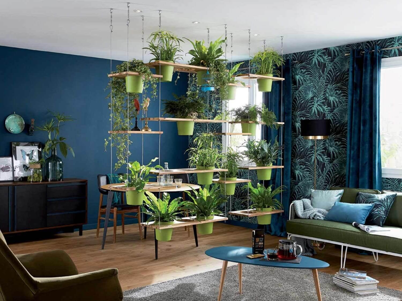 Если высота потолка позволяет, то в помещении можно организовать вертикальную клумбу из разных видов растений высаженных в горшки