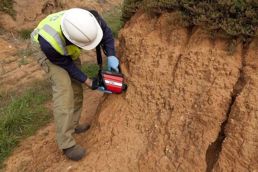 Геологическое исследование грунта целесообразней доверить профессионалам, поскольку для это требуется определенное оборудование и навыки