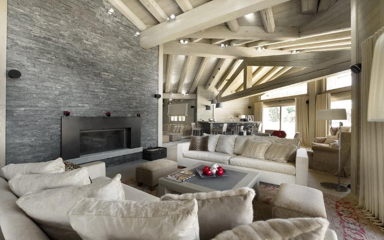 Деревянные стены создают ощущение уюта, а камень придает интерьеру законченный вид