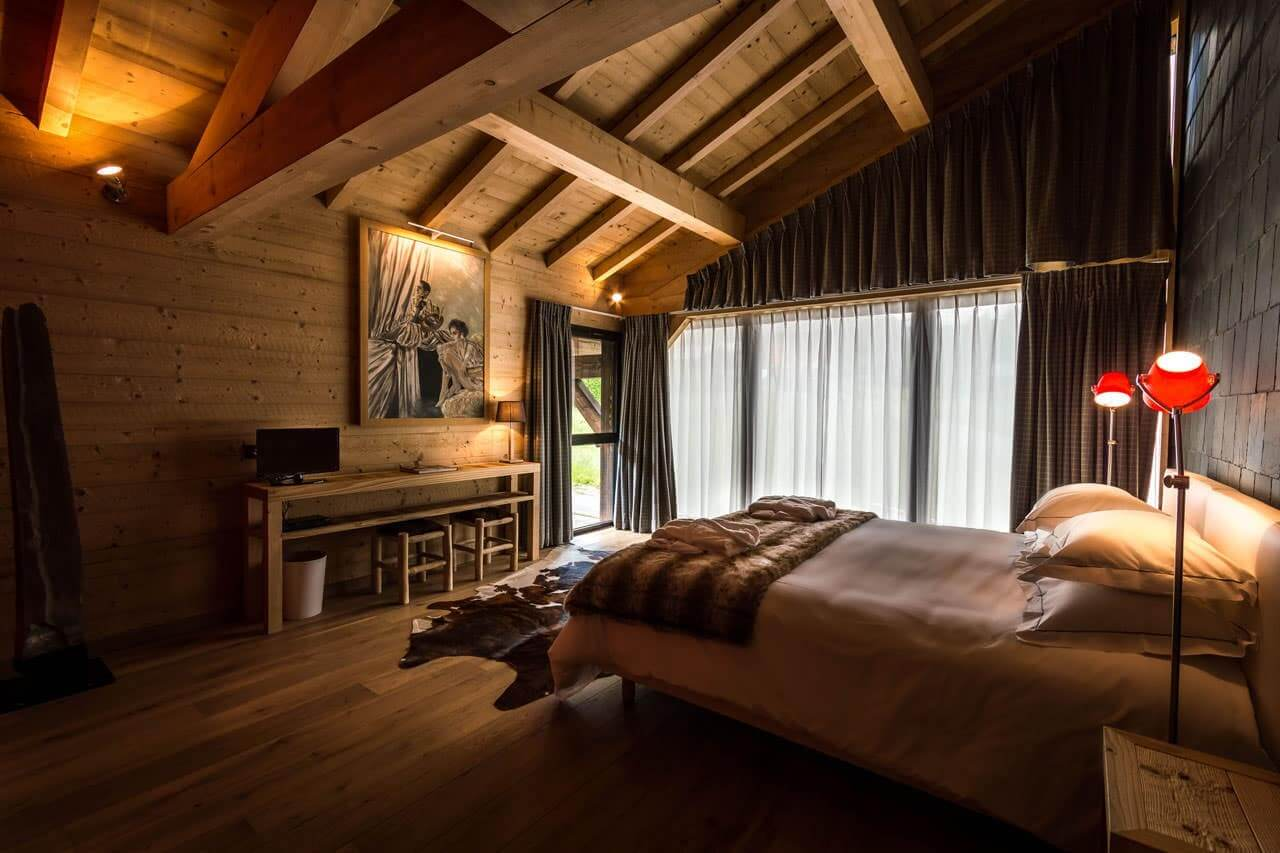 Шкура на полу - интересный декоративный элемент который выгодно дополнит дизайн интерьера в стиле шале