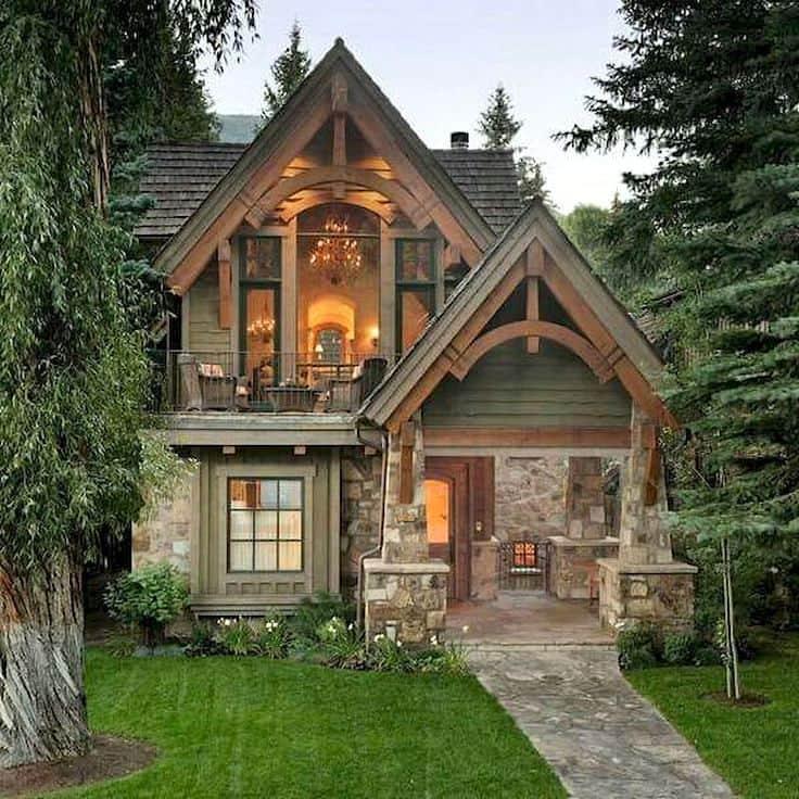 Небольшой двухэтажный домик из камня и дерева