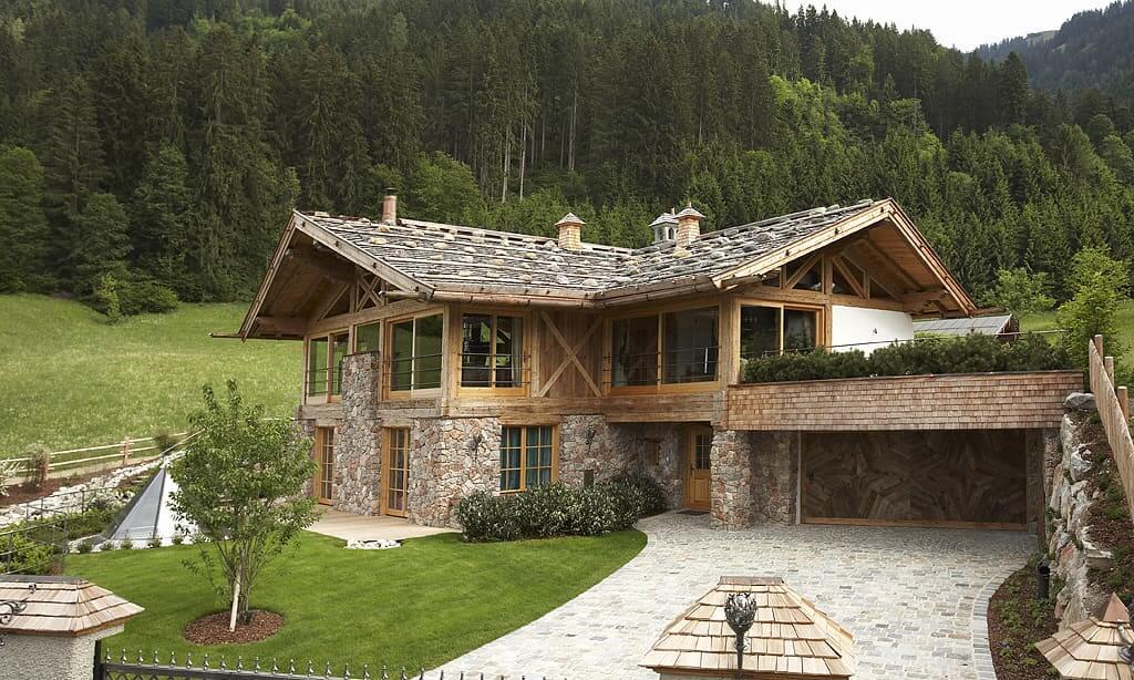 Каменное основание дома в стиле шале выглядит привлекательно и вполне респектабельно