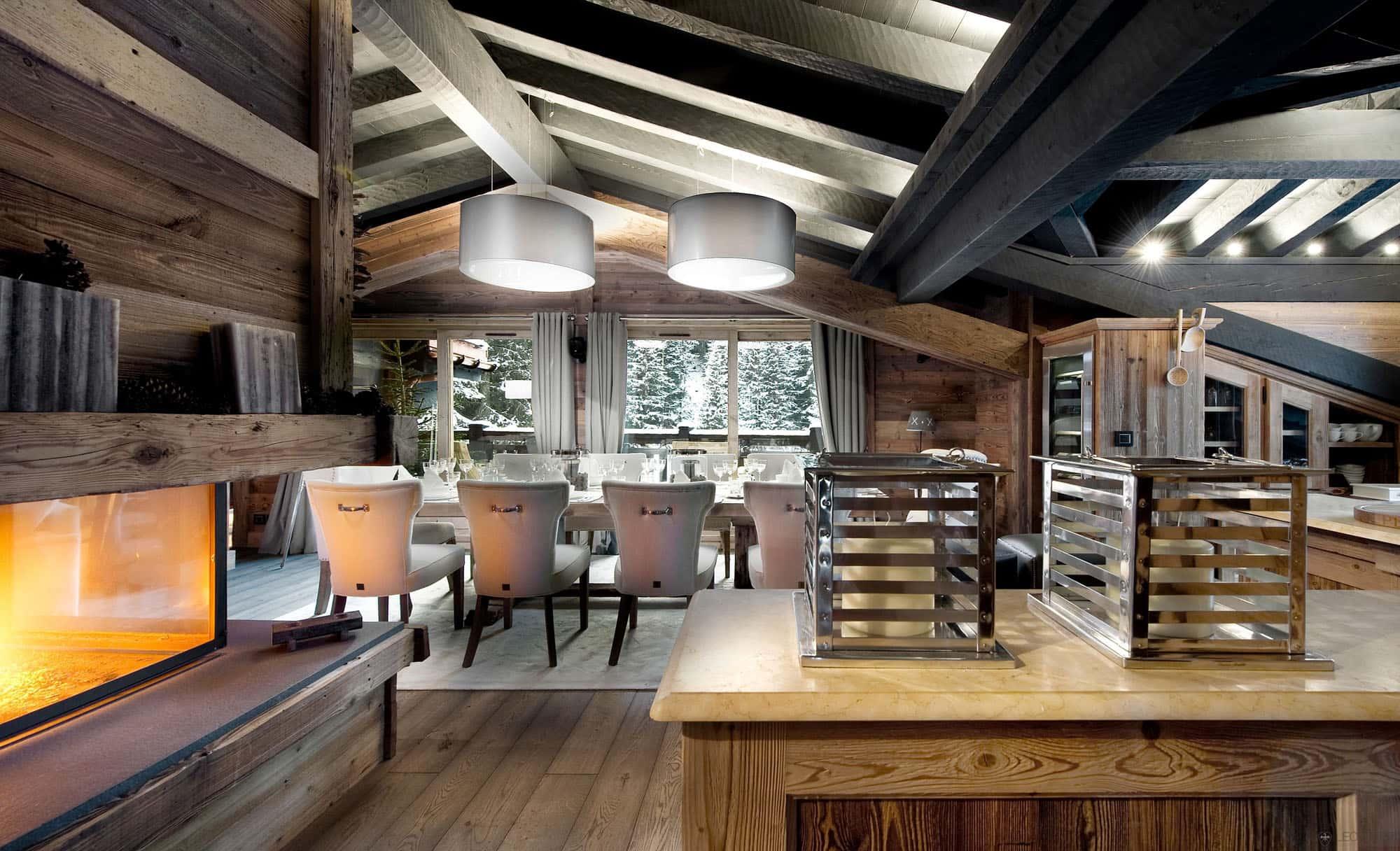 Деревянные балки выкрашенные в темный цвет хорошо контрастируют с другими элементами интерьера