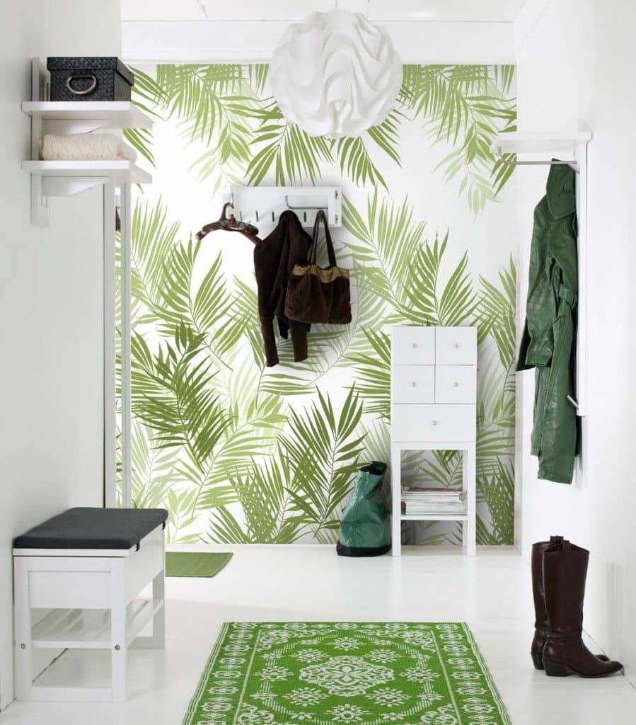 Оригинальные белоснежные обои с нанесенным повторяющимся рисунком папоротника - создадут иллюзию сада на стене