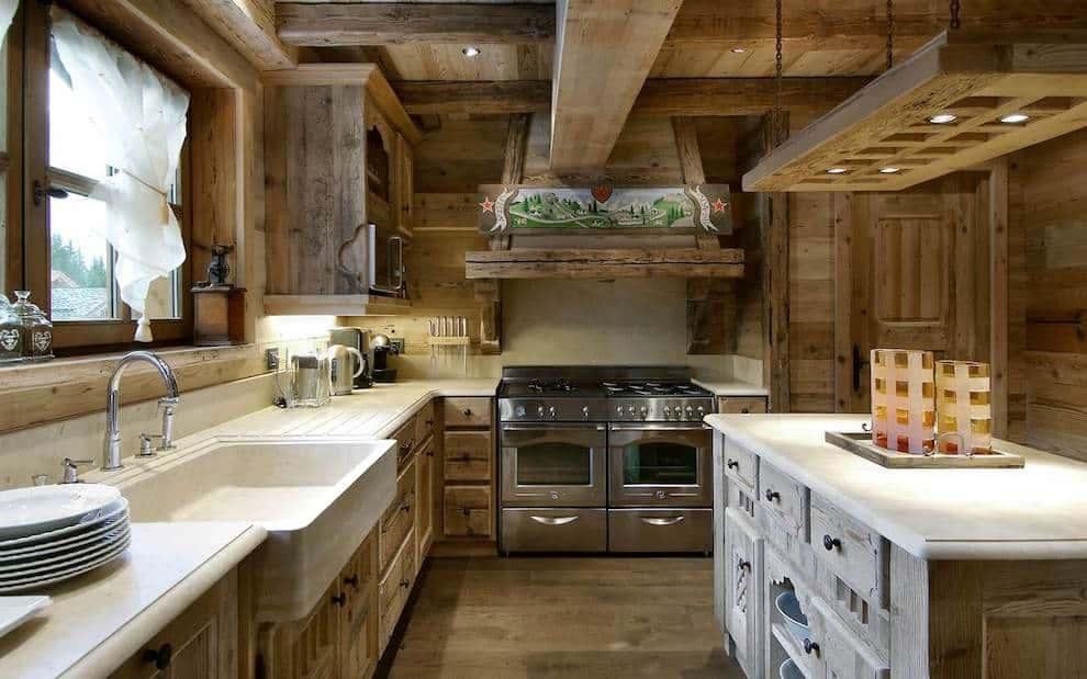 Натуральной дерево в интерьере кухни хорошо сочетается с полированным металлом