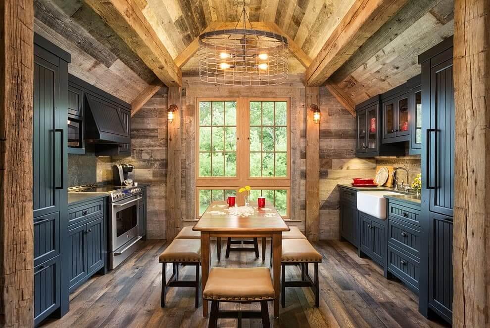 Неброский темный цвет фасадов кухонного гарнитура подчеркивает красоту альпийского стиля
