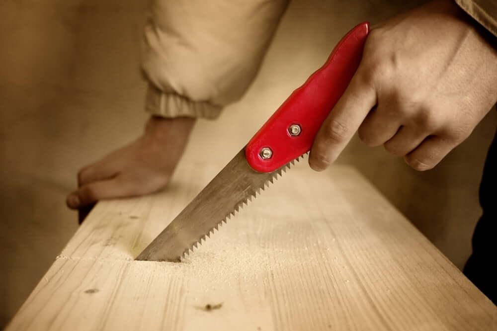 Работать с выкружной (узкой) ножовкой по дереву очень легко и просто