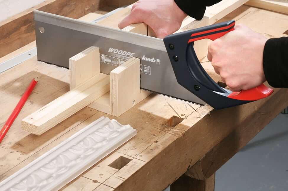 Обушковая ножовка отлично подходит для работы с любым пиломатериалом