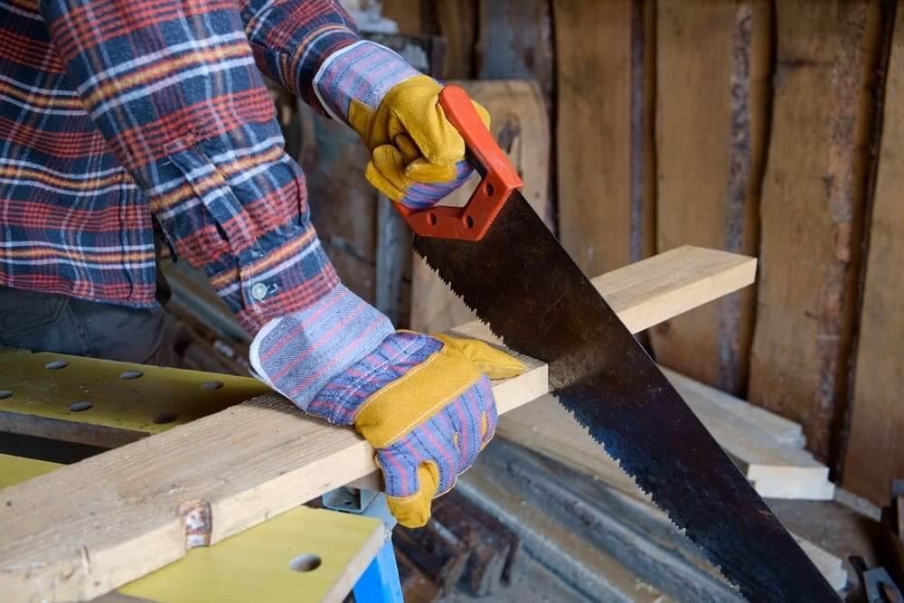 Рукоятку классической широкой ножовки чаще всего изготавливают из прочного пластика
