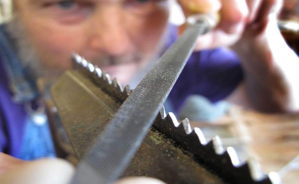 Заточка зубьев пилы - сложна задача, поэтому если у вас нет достаточного опыта, лучше доверить это дело профессионалу