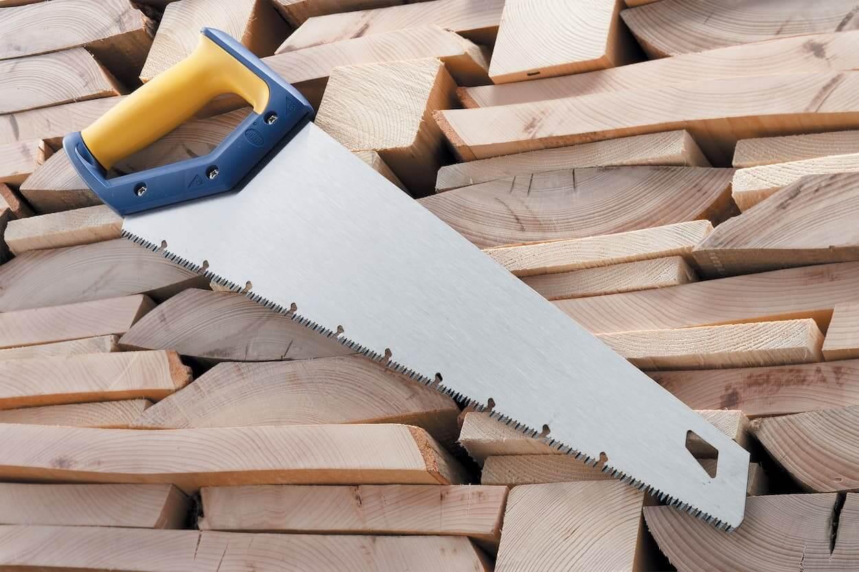 Классическая ножовка с пластиковой рукояткой