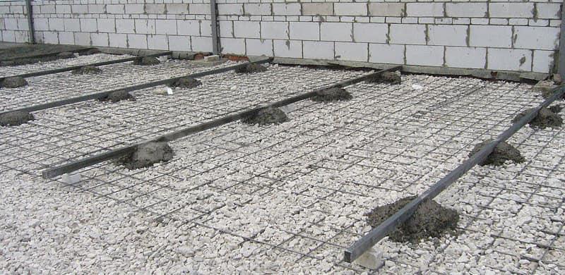 Установка маяков для стяжки с помощью густого цементного раствора