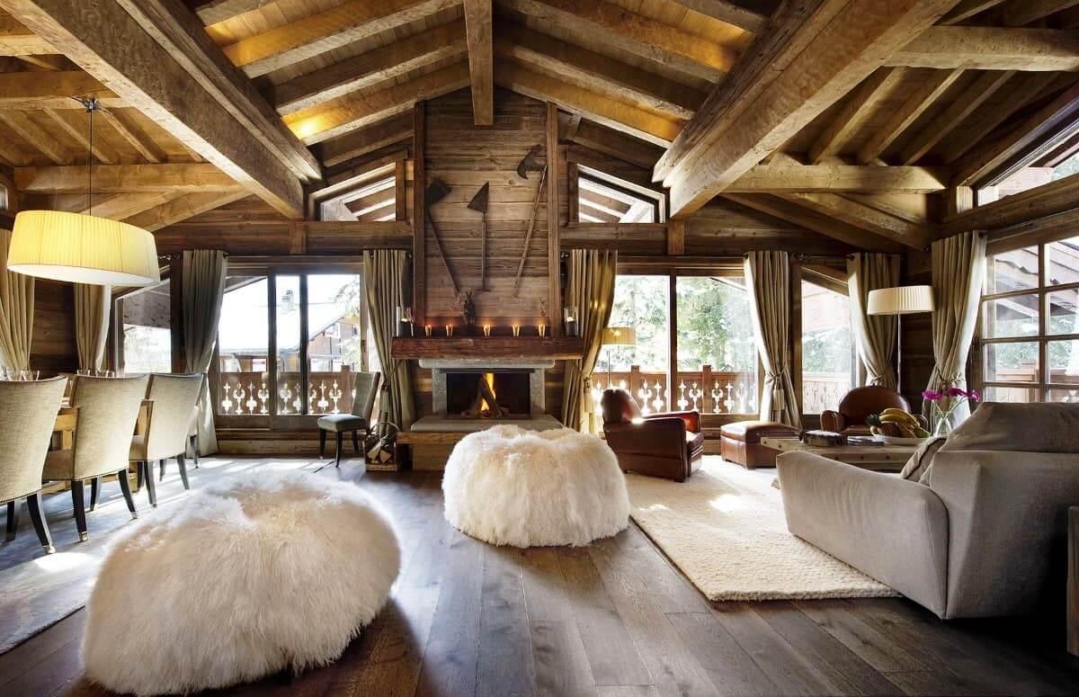 Натуральная вагонка на потолке хорошо сочетается с массивными деревянными балками