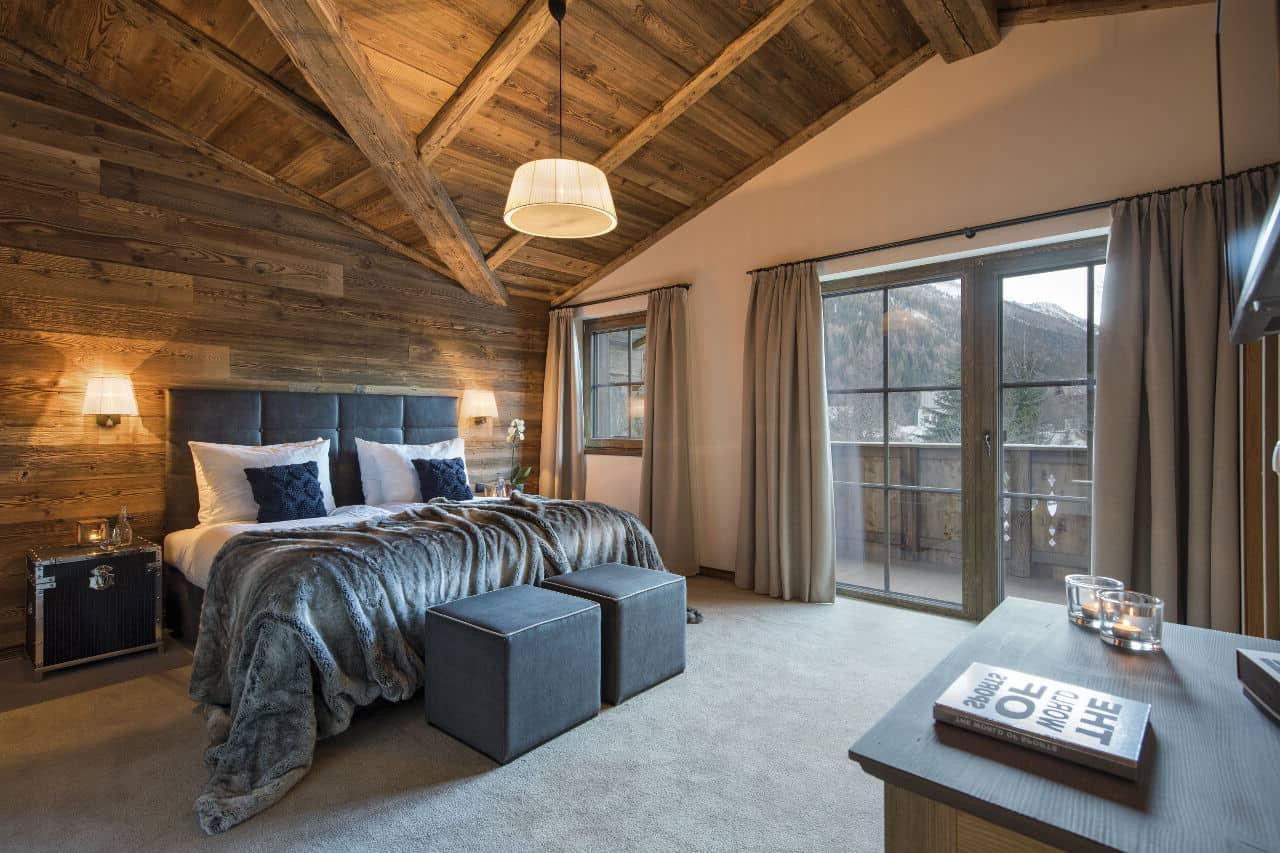 Красивая спальня в спокойных бежевых тонах