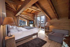 натуральные материалы в отделке спальни
