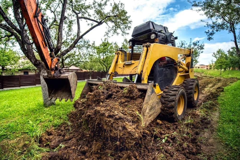 Подготовка земельного участка под строительство жилого дома с использованием небольшого бульдозера и экскаватора