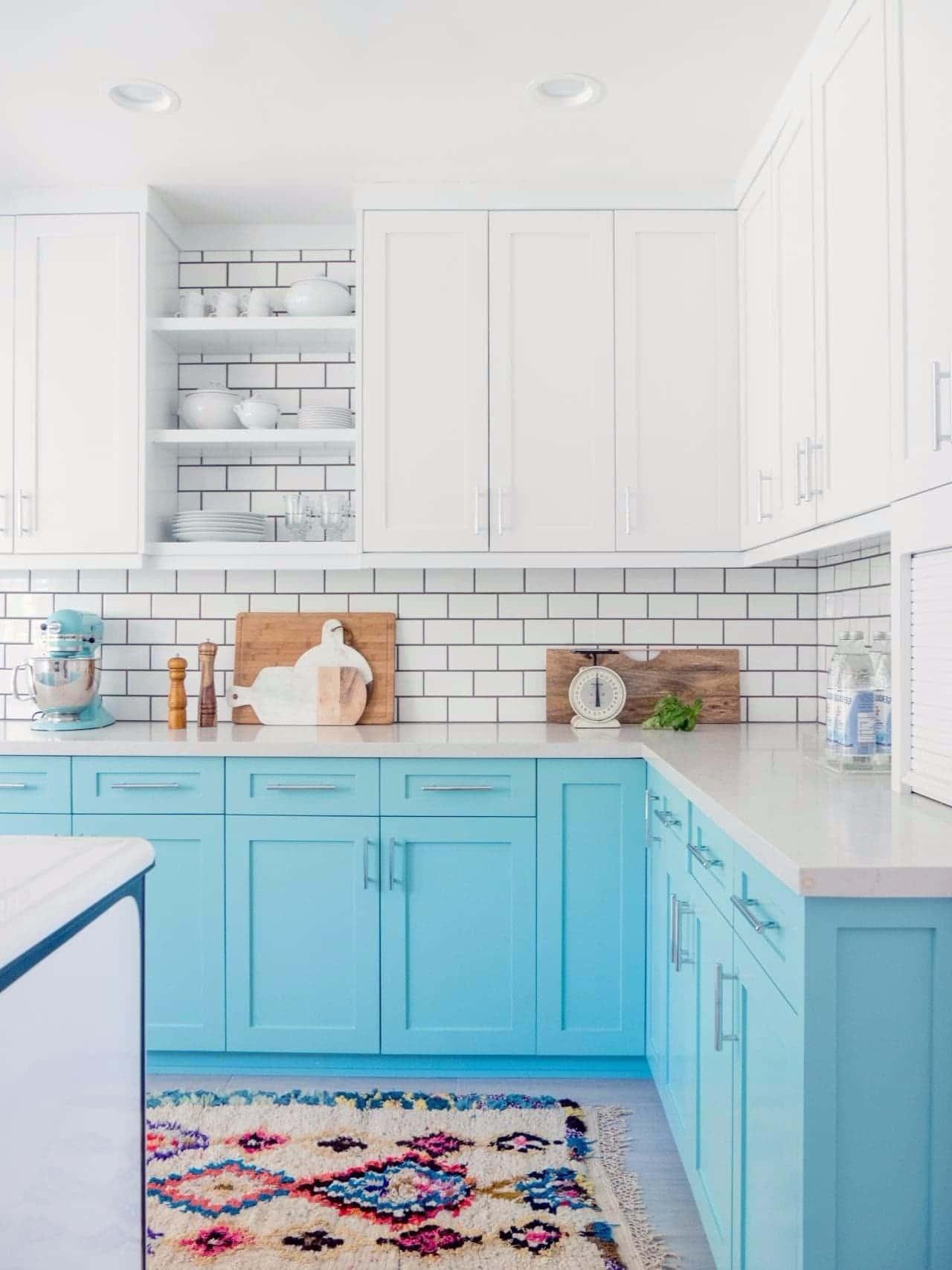 Уютная кухня в светло-голубых тонах и мраморной столешницей