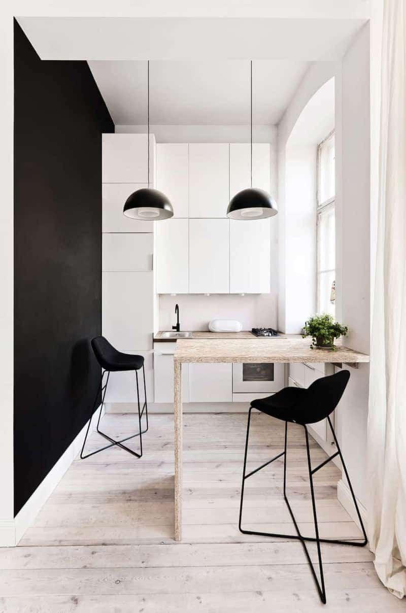 При хорошем естественном освещении на кухне, можно ограничится двумя подвесными светильниками, расположив их по средней линии потолка и поставив под ними обеденный стол