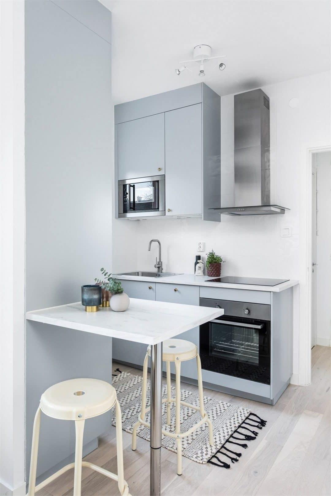 Сегодня очень сложно представить современный ремонт малогабаритной кухни без линолеума на полу