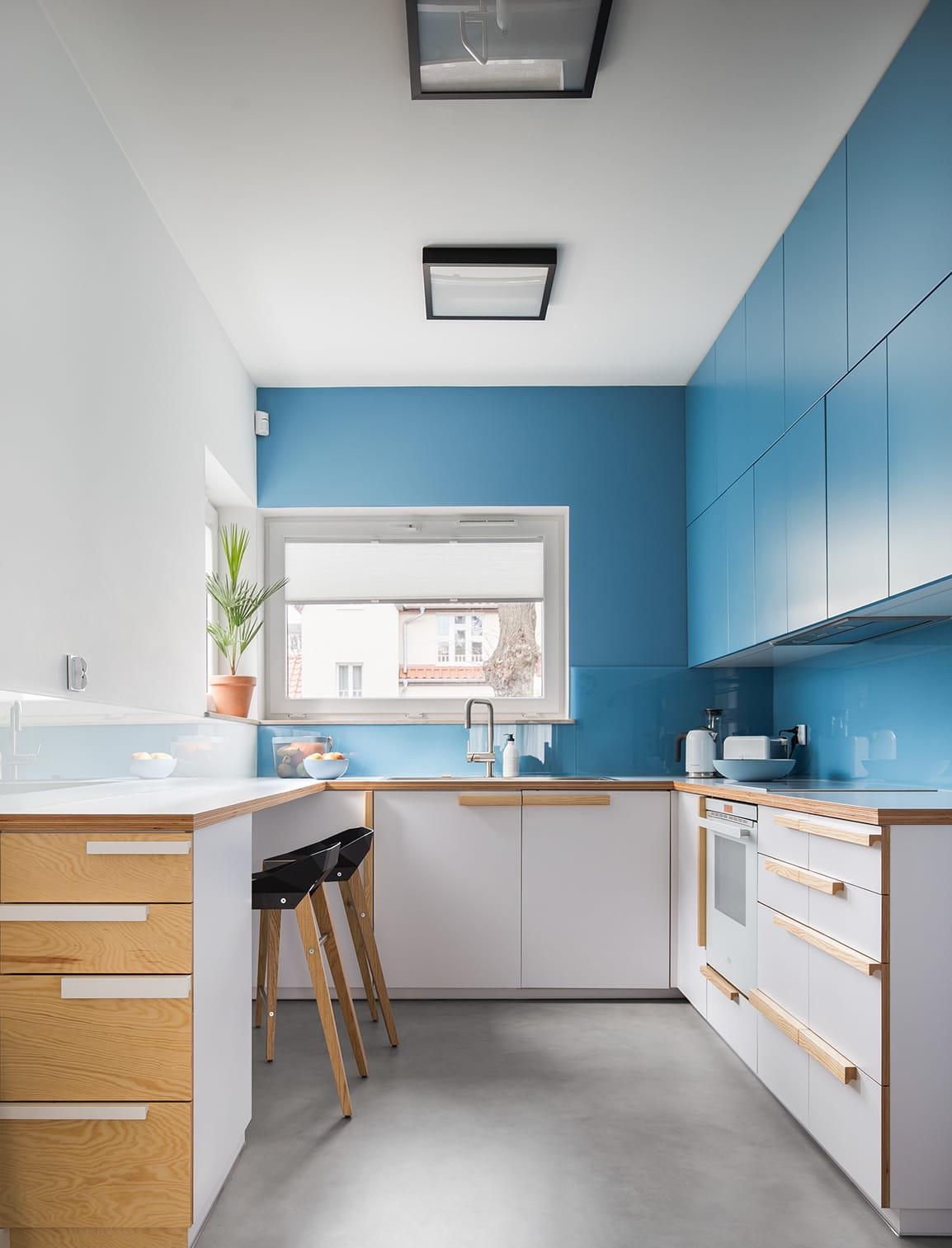 Красивая кухня с голубыми фасадами и белым потолком