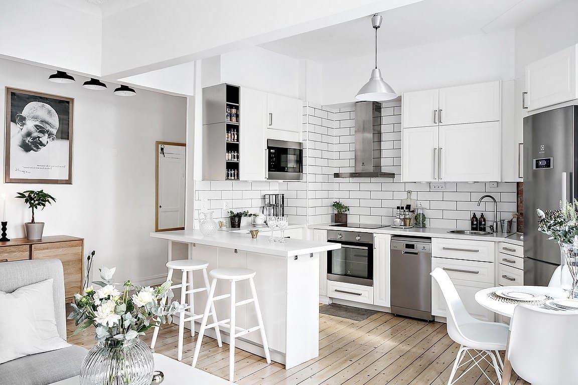 Великолепный пример гармоничного слияния маленькой угловой кухни с просторной гостиной