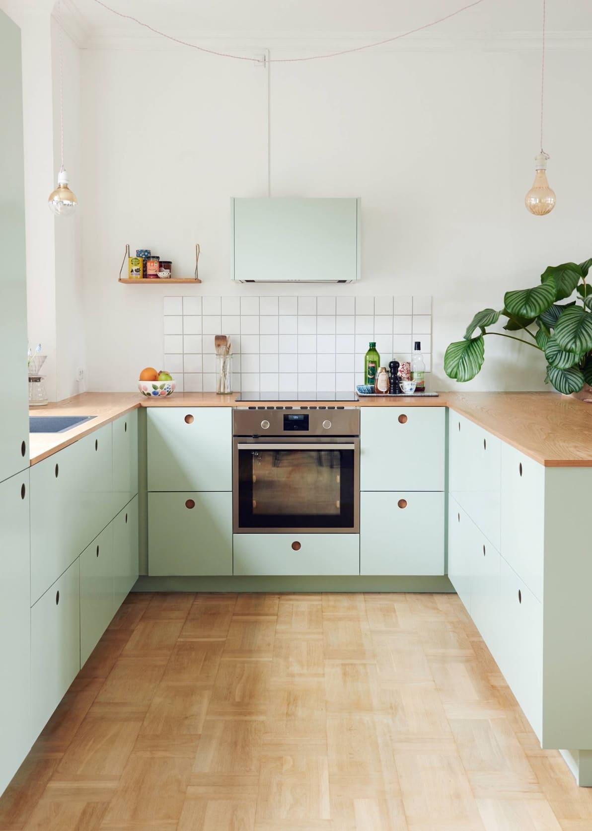 Современная кухня с красивыми фасадами цвета нежной мяты