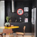 черная кухня с серебристой вятяжкой фото