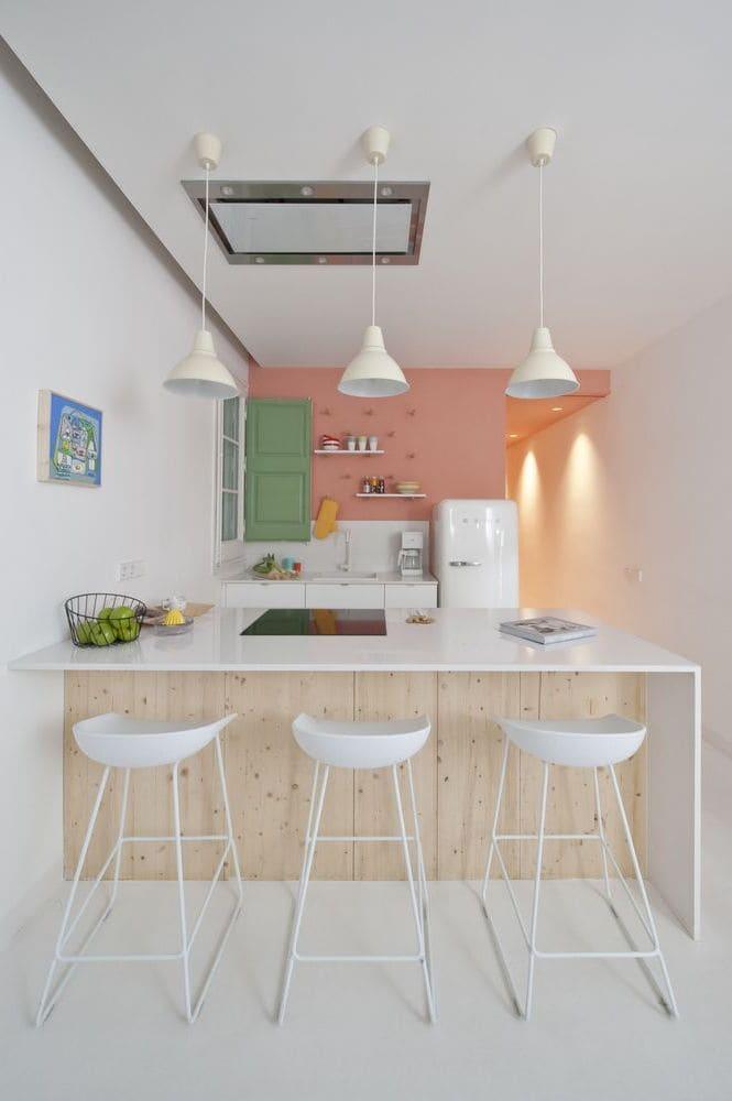 Подвесные светильники хорошо вписываются в интерьер маленькой кухни с высокими потолками