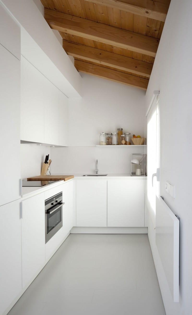 Деревянный потолок в тандеме с белыми стенами дает ощущение тепла и комфорта