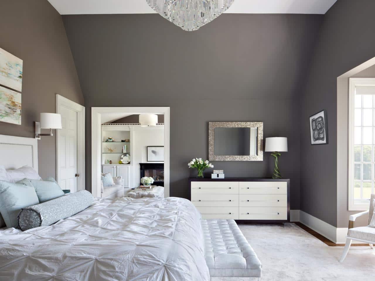 Выполнить оклейку комнаты обоями под покраску следует после предварительной подготовки стен