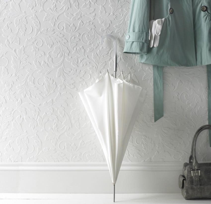 Как ни странно, но многие предпочитают не окрашивать стены, оставив обои неизменными, в их натуральном белом цвете