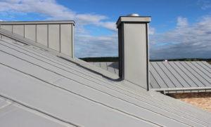 серая металлическая крыша