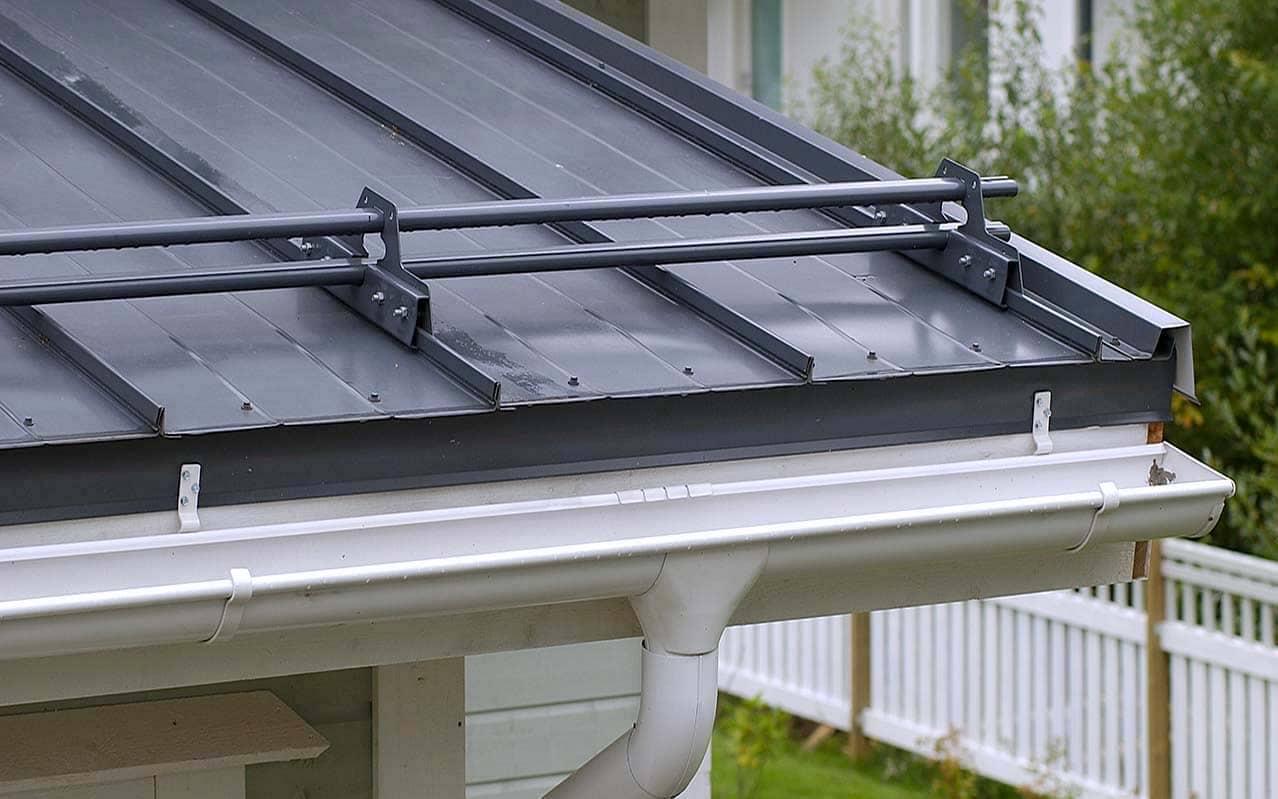 Трубчатые снегозадержатели эффективны даже при уклонах крыши свыше 50° градусов