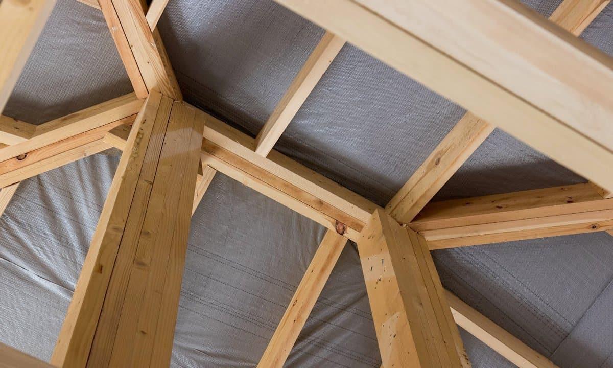 Гидроизоляция крыши помогает предотвратить образования конденсата в подкровельном пространстве, поэтому риск увлажнения теплоизоляции полностью исключён