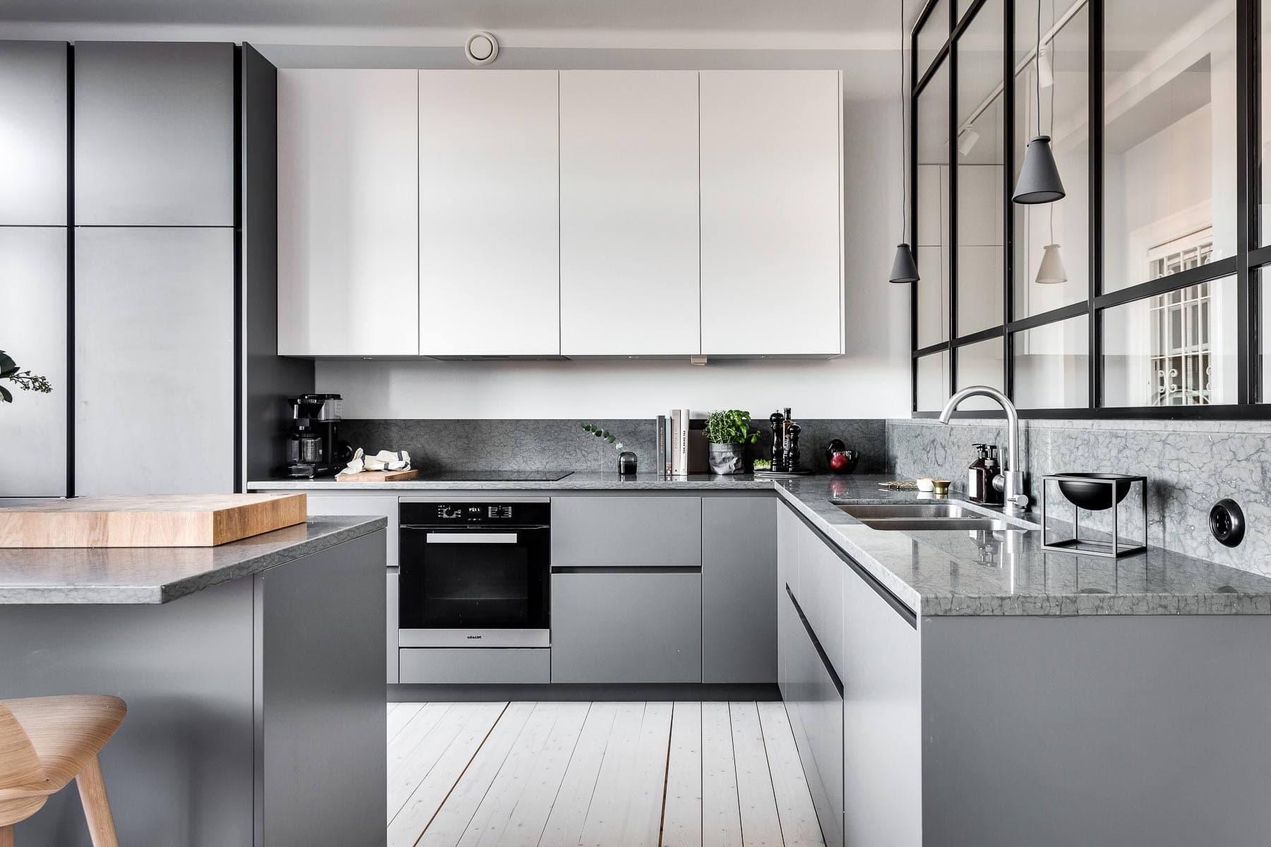 Модная угловая кухня в сером цвете