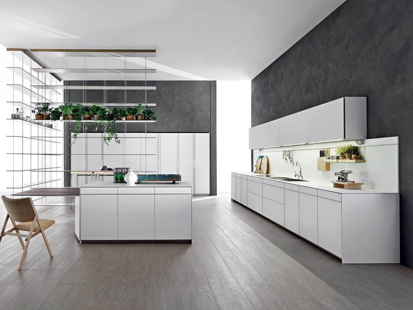 Зонировать пространство кухни, не загромождая её при этом, можно с помощью высокого вертикального стеллажа