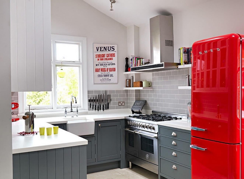 Для того чтобы разбавить монотонность серого цвета на кухне, вовсе необязательно делать стены яркими, холодильник красного цвета прекрасно справится с этой задачей