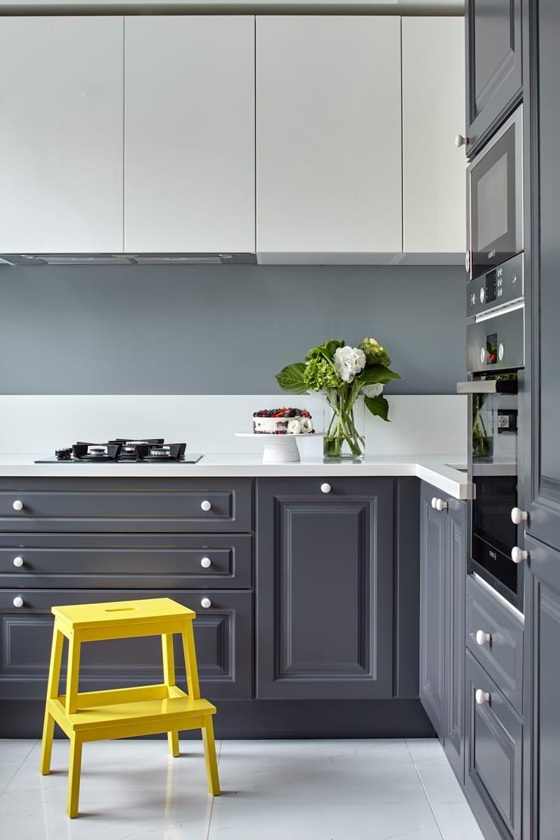 Кухонный фартук выполненный в светло-серых тонах и дополненный яркими деталями, будет смотреться естественно и гармонично на любой кухне