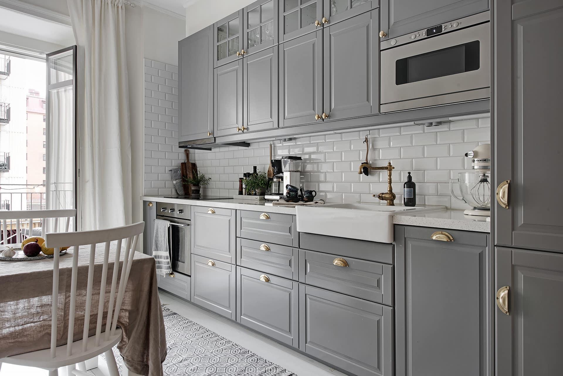 Фасады из натурального дерева выкрашенные в благородный серый цвет создают в помещении любого стиля особое настроение