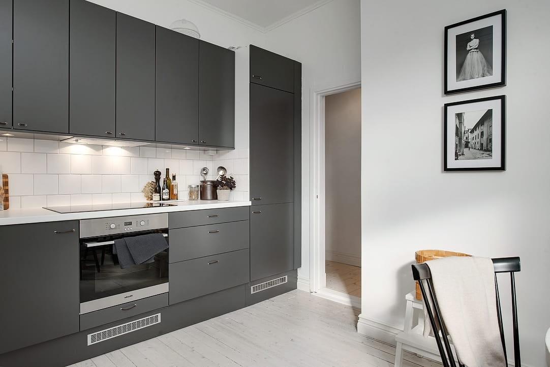 Кухня в серо-белых тонах - оптимальное решение для небольших помещений