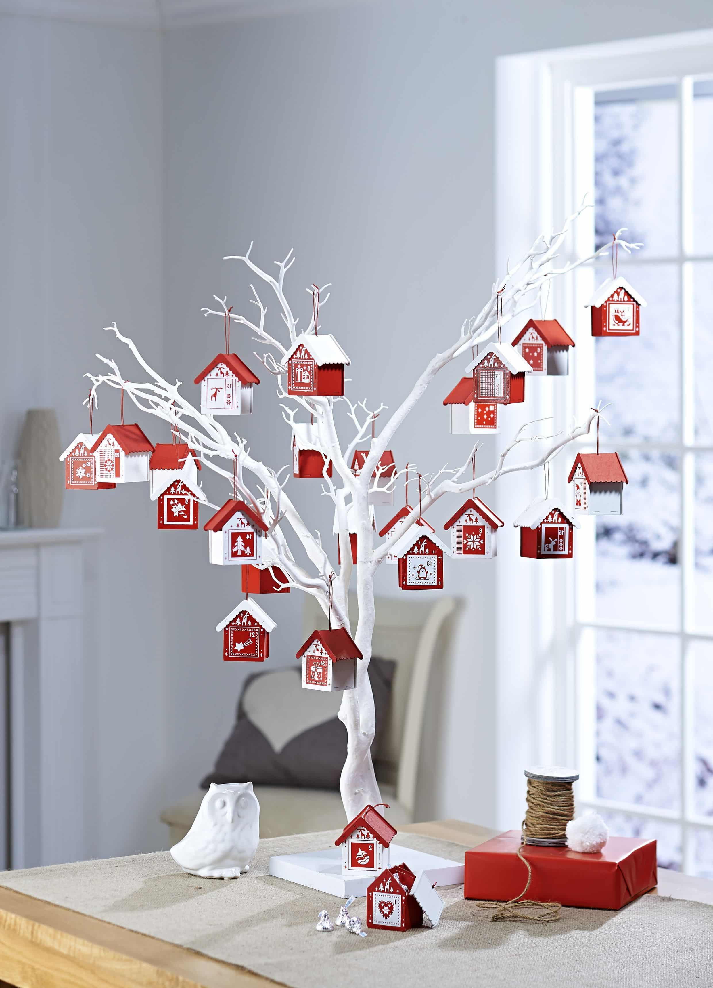 Новогодний декор из веток - один из самых популярных вариантов украшения комнат к Новому году