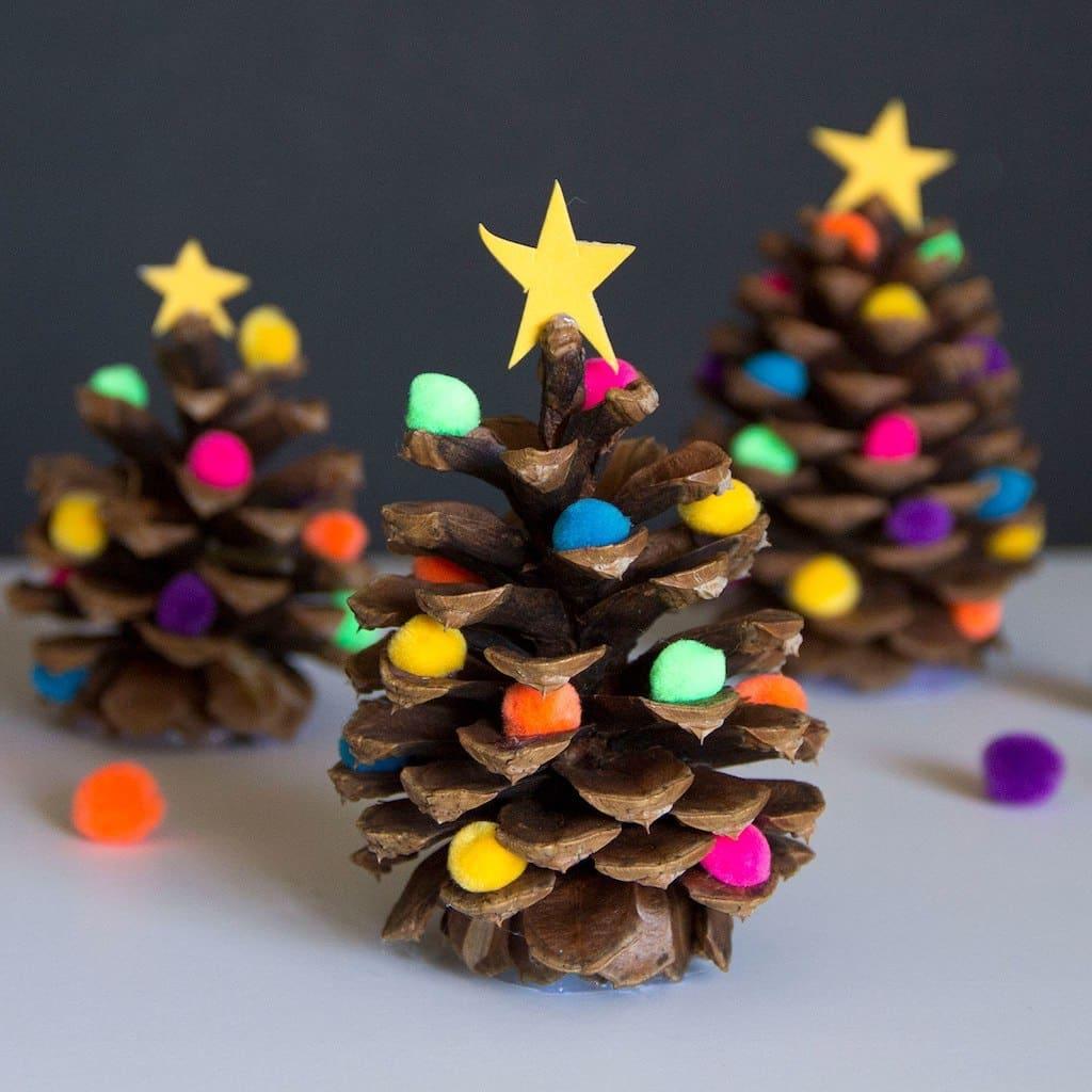 Чтобы разнообразить и украсить миниатюрную новогоднюю елочку можно использовать небольшие мягкие шарики для рукоделия