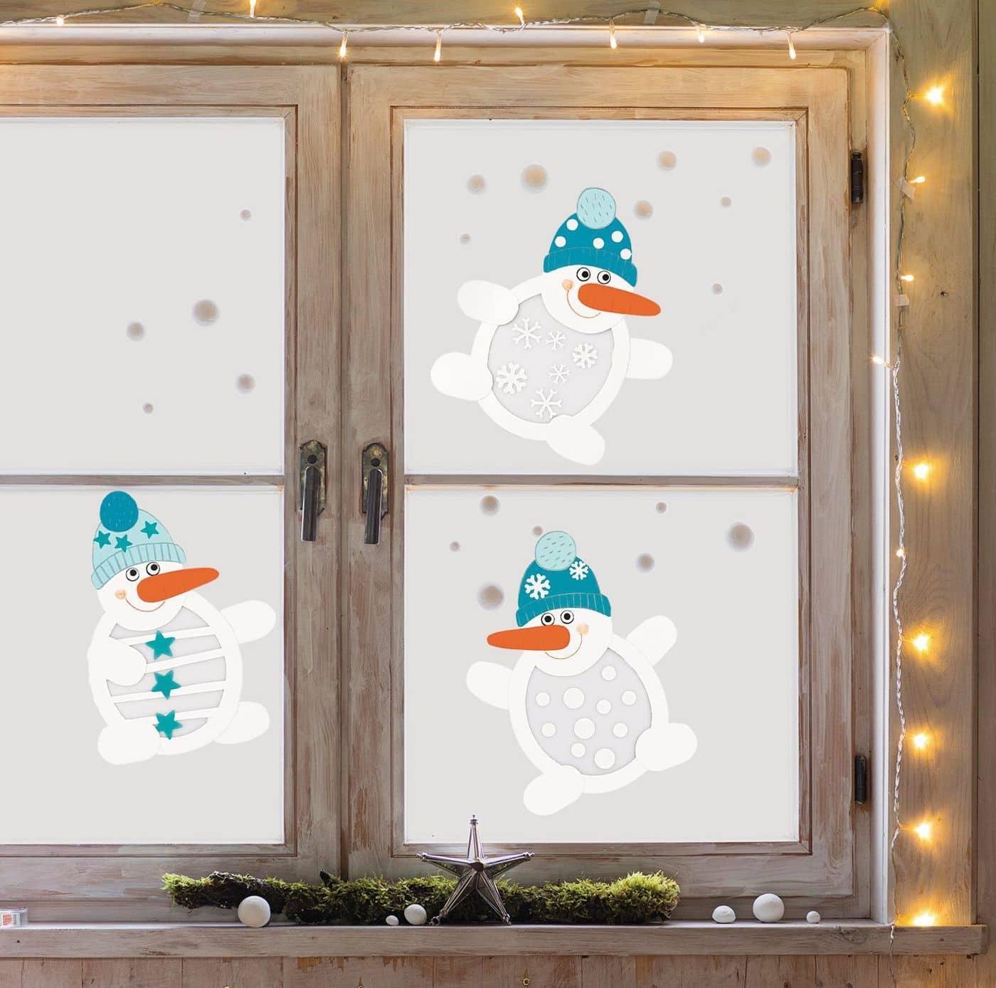 Красивая и весела новогодняя композиция с изображением забавных снеговиков на окне