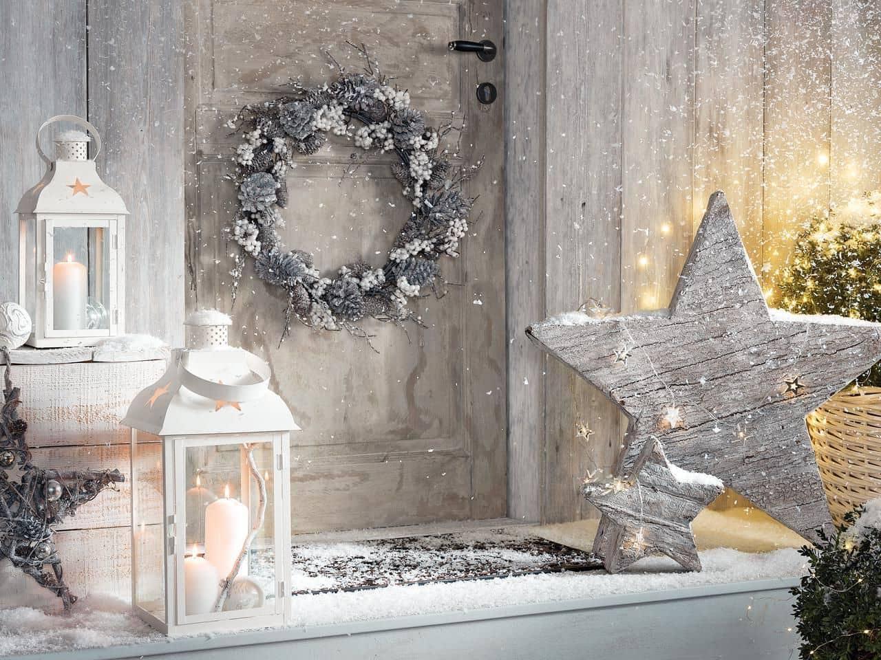 Украшение входной двери венком из шишек - простой и интересный вариант новогодней декорации