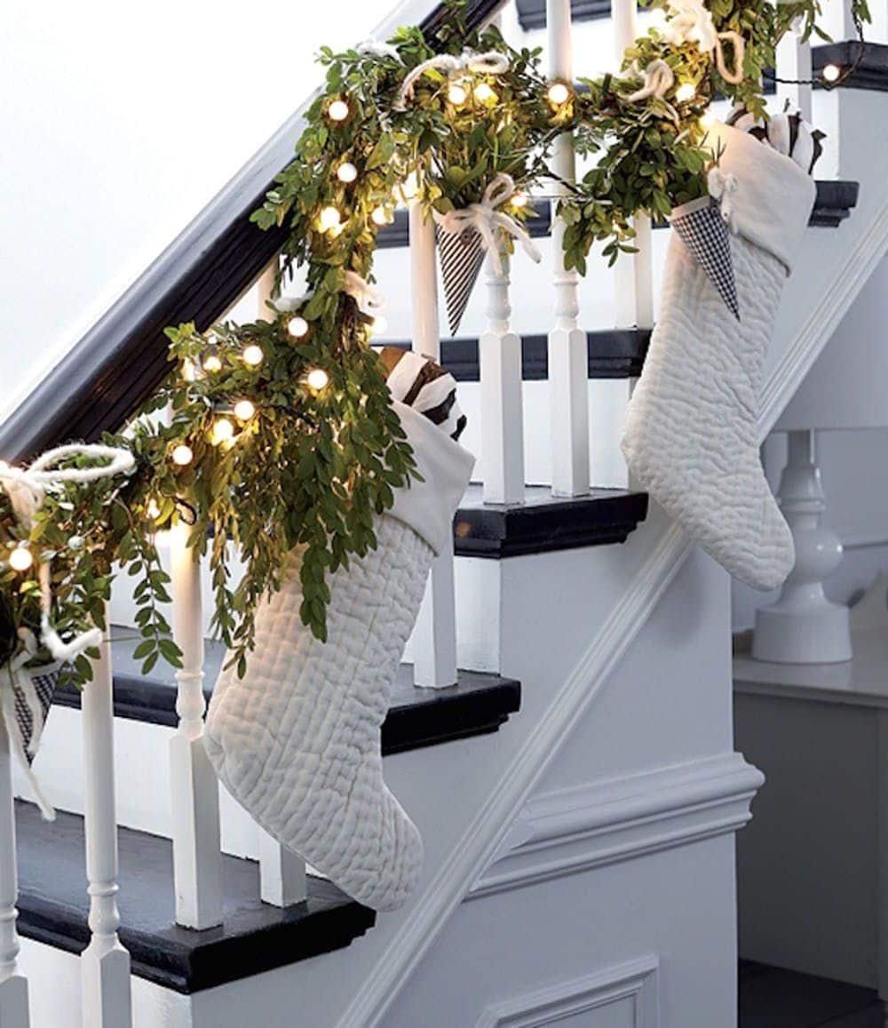 Лестница является визуальным центром загородного дома, поэтому важно чтобы в Новый год она выглядела особенно притягательно